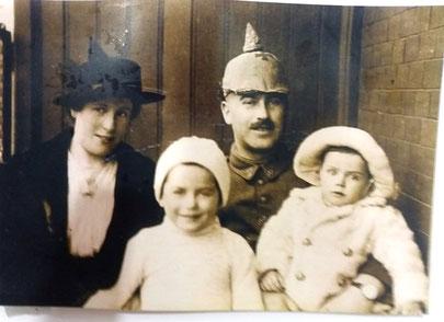 Wenig später begann der Erste Weltkrieg und Julius Hamlet wurde Soldat. Hier eine Aufnahme aus dem Jahr 1915, die ihn mit seiner Frau und seinen beiden Söhnen zeigt.