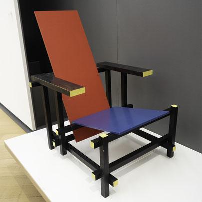 Im museum fotografieren besondere moment einfangen - Rot blauer stuhl ...