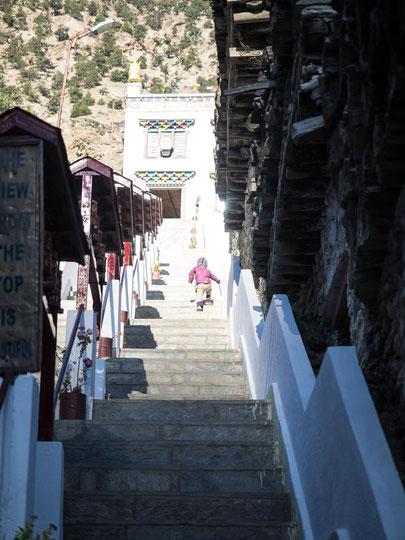 Über viele Treppenstufen erreichten wir das Heiligtum von Marpha