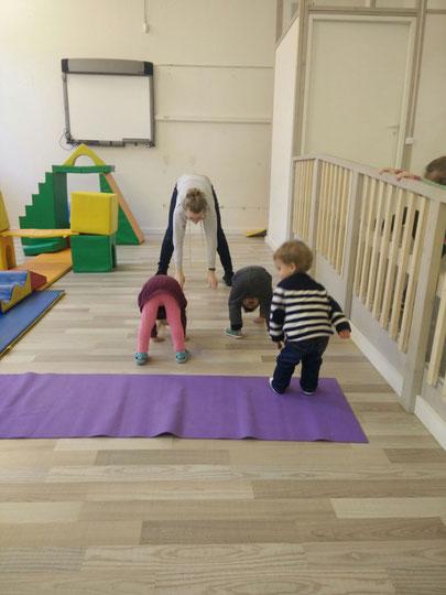 Josephine beim Sport mit den Kindern im deutschen Kindergarten in Riga