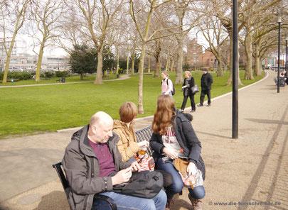 Picknick an der Themse - doch was ist da hinten los?