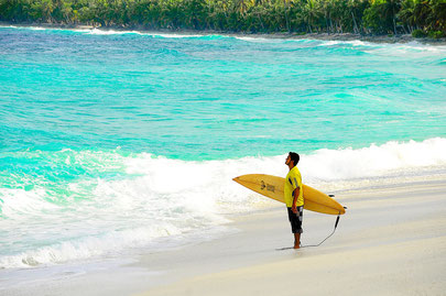 Malediven Surfen Surfbrett Urualb Traumreise buchen günstig