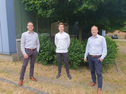 Mit Tom freuen sich über das erfolgreiche Ausbildungsende Niederlassungsleiter Kristian Bock (l.) und Ausbildungsbeauftragter Silvio Heinzelmann (r.).