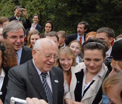 2007 г., Михаил Горбачёв и обербургомистр Висбадена Г. Мюллер (слева) на Нероберге, где расположена русская церковь. Фото Dr. Weichel
