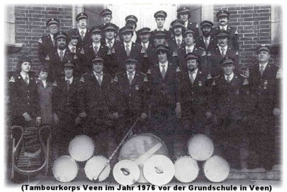 (Tambourkorps Veen im Jahr 1976 vor der Grundschule in Veen)