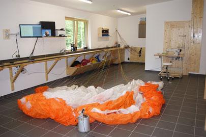 Gleitschirm in unserer neu eingerichteten Werkstatt beim Check