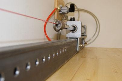 Paragleiterleine wird mit einen Kratmessgerät auf die Reißfestigkeit überprüft