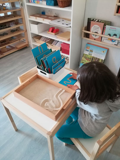 Dictée muette avec l'alphabet mobile / Ateliers À la Volette-Montessori