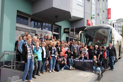 Gruppenfoto am Abreisetag vor dem IBIS Köln Centrum