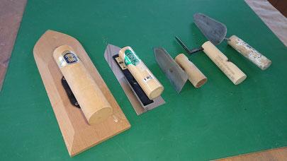 左官が漆喰を塗るのに使う「鏝(こて)」 この工具を使い漆喰彫刻作品を製作した