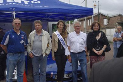 De gauche à droite: Patrice Wisniewski président de l'ASA 60,Gérard Lardy conseiller municipal,  2ème dauphine Miss Picardie 2014, Alain Joly initiateur de la manifestation, Anne-Claire Delafontaine maire de Mouy.