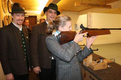 (v.l. Schützenmeister Richard Voggenauer, Gauschützenmeister Bernhard Brehmer, Bürgermeisterin Marianne Steindlmüller)