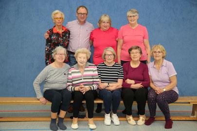 Links oben: Leiterin der Gymnastikgruppe Ingrid Foken, daneben der 1. Vorsitzende des TV Elmendorf, Olaf Reitemeyer; Unten die zweite von links: Unsere Jubilarin, Gerda Fricke, die ihren 90. Geburtstag feiert