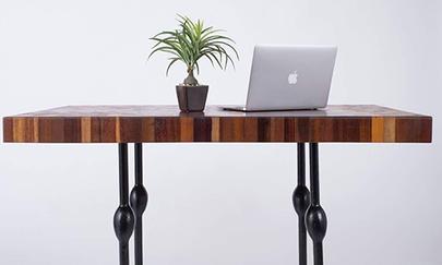 オフィスで映えるフラミンゴテーブル