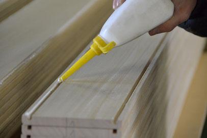 丁寧に接着材を流します。筒状のフレームを組み立てます。