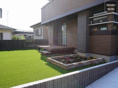 雑草対策、人工芝、ウッドデッキ、YKKap、リウッドデッキ200、花壇、アンティークレンガ、施工例