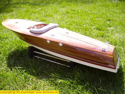 Die Riva ist ein Holz Sport Motorboot. Mit eine Länge von 85cm und eine Breite von 27cm. Weitere Beschr. folgt.