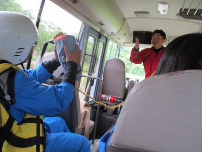 バス車内での説明風景