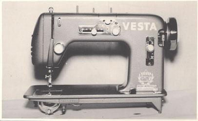Vesta-530 ZZS, entspricht WEBA 530 ZZS, Flachbett-Zickzack-Haushaltsnähmaschine mit CB-Greifer, Fußantrieb, Motornachrüstung mögl., ca. 1954, WEBA-Werke KG, Ober-Ramstadt