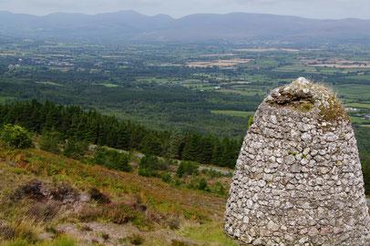 Sugarloaf Hill中腹の「Grubb's Monument」。遠くに見えるのはGalteeの山並みです。