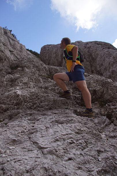 In den Felsen gehauene Stufen am alten Kriegssteig am Weg zum Gipfel