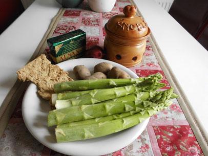 frischer, grüner Spargel; Bio Kartoffel (Sorte Linda), texturiertes Weizensteak; Alsan-Butter; Knoblauch, Zwiebel, Gewürze, Kräuter