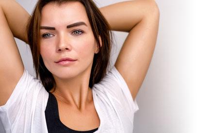 kosmetikstudio-nagelstudio-by-maica-frau-schönheit-nageldesign-kosmetikbehandlung