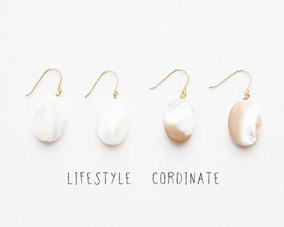 真珠の母貝から生まれたマザーオブパールのピアス。ホワイト系、ブラウン系 各4,320 yen