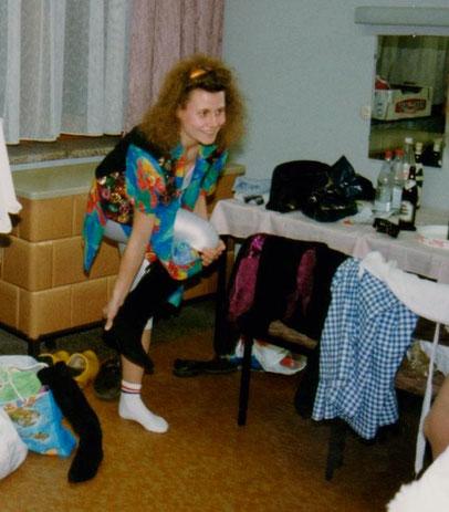 Chefsekretärin Kati Trautvetter verrenkt sich am Nachtspeicherofen