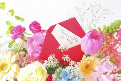 パステルカラーのブーケ。チューリップ、バラ、ガーベラ、カスミソウ。英語で「特別なあなたへ」と書かれたメッセージカード。
