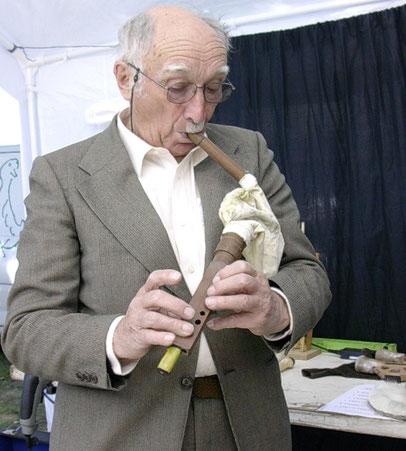 Joseph Barsacq à Uzeste 2006 montre comment il utilise sa boha