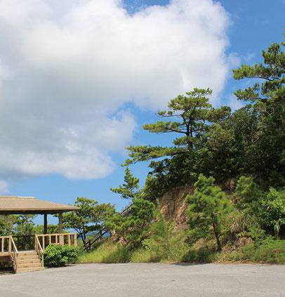 虎頭岩の頂上へ登る入口。急な傾斜やぐらつく岩場も あるので足元には十分気をつけて。