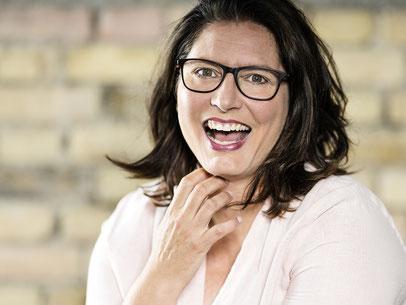 Nicole Hossmann FlowOn Marketing. Geschäftsführerin ist gelernte Pharma-Assistentin mit Zusatzausbildung als Marketingfachfrau und in Kommunikation.