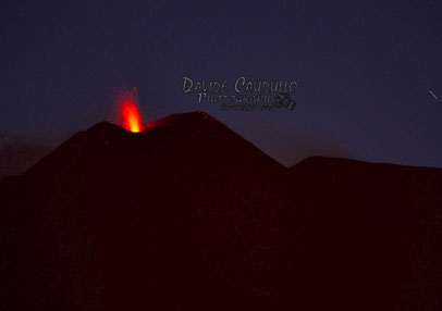 Esplosione stromboliana all'imbrunire del 6 maggio, ripresa da Davide Caudullo