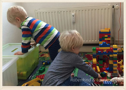 Endlich wieder vereint. Das Rabenkind und der Lausebengel spielen ganz in BFF-Manier friedlich auf dem Bauteppich.