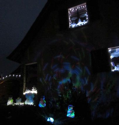Illuminations de Noel devant la maison