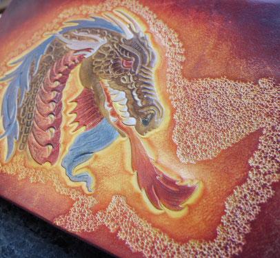 Dragon cuir repoussé - teinture à l'eau