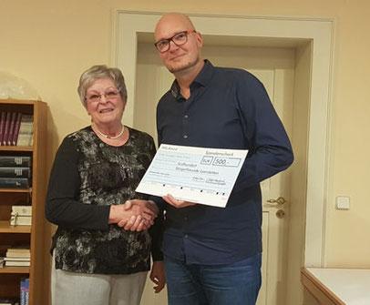 Hilde Winkler überreichte Uwe Littmann (1. Vorsitzender) eine Spende der Firma WILAmed