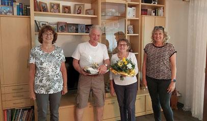 Waltraud Hertel und Gaby Gegner überbringen herzliche Glückwünsche zur Goldenen Hochzeit