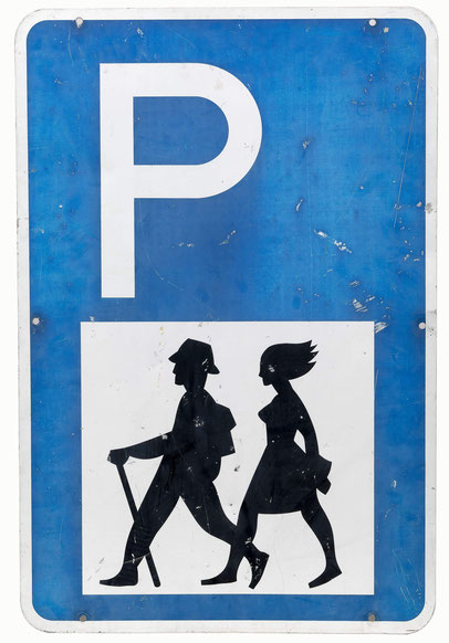 Parkplatzschild mit wanderndem Paar