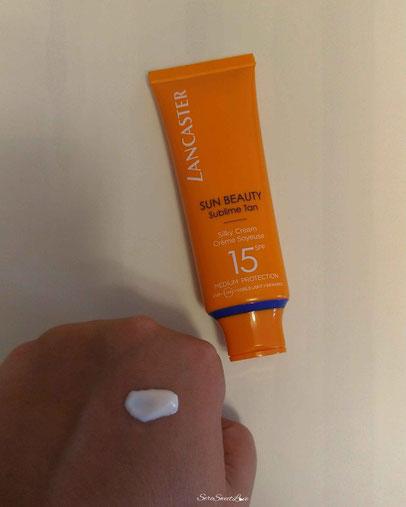 Texture crema viso fluida bianca Lancaster Sun Beauty sublime Tan sul dorso mano