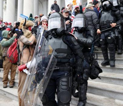 Kampklædt politi dannede en korridor til Kongressen
