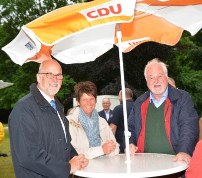 Johann Hansen und Ehefra Anja im Gespräch mit Peter-Harry Carstensen.