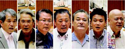 (右から)質問する山川氏、新垣氏、具志堅氏、中川氏、座波氏、座喜味氏、又吉氏=21日、県議会