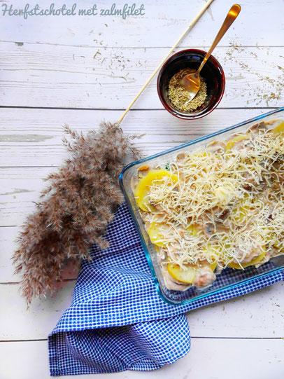 Herfstschotel met zalmfilet, spinazie, champignons en aardappelschijfjes