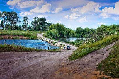 Импровизированный мост в Липецкой области часто размывало по весне, обрубая пути в цивилизацию