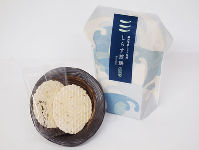 駿河湾産のしらすをふんだんに使ったえび煎餅です。極薄焼きで硬くないお煎餅は、おじいちゃんおばあちゃんへのプレゼントに最適。梅肉の酸味がさっぱり感を演出します。