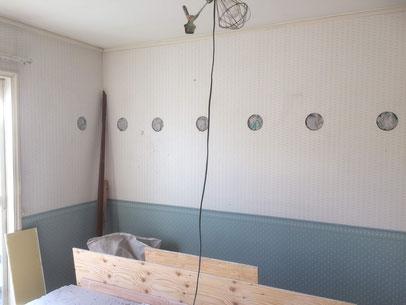 石膏ボードに直径12.5㎝の穴を開け吹き込み施工後穴をふさぎパテ処理します。