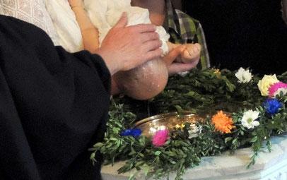 Pfarrer Oehlmann tauft das Kind