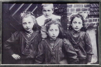 Selma (rechts) im Jahr 1911